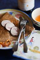 Europe/France/Bretagne/29/Finistère/Roscoff: <br /> Crêpe à l'andouille et à l'oignon rosé de Roscoff à la Crêperie: Ti Saozon