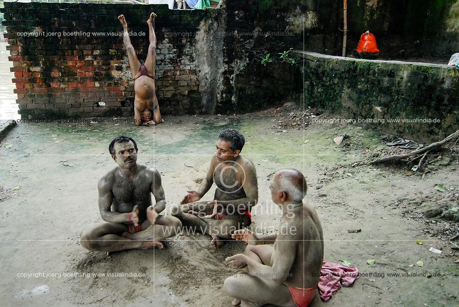 INDIA, Westbengal Calcutta Kolkata, men doing morning Yoga at hooghli river / INDIEN Westbengalen Megacity Kalkutta, Maenner beim Morgen Yoga am Hooghli Fluss