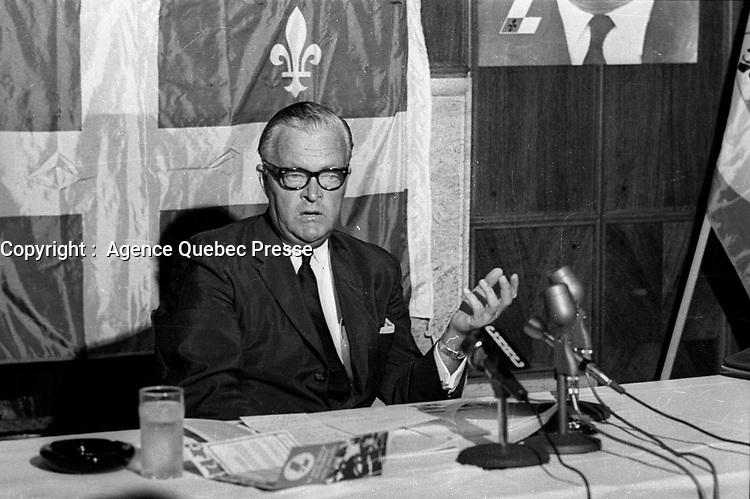 Le chef du parti liberal du Quebec Jean Lesage s'adresse aux medias, le 17 Juillet 1968, a Quebec<br /> PHOTO :  AQP -  Photo Moderne