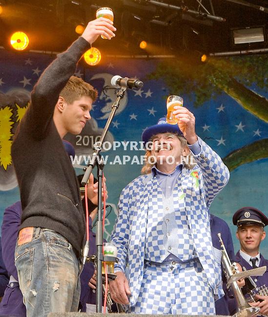Hummelo 260910 35 jaar Normaal met Benny Jolink<br /> De ook uit Hummelo afkomstige Klaas Jan Huntelaar hield een toespraak en prooste met Bennie<br /> Foto Frans Ypma APA-foto