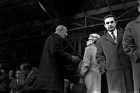 Ateliers Sud Aviation (Saint-Martin-du-Touch). 11 décembre 1967. Vue en contre-plongée d'André Turcat (directeur des essais en vol de Sud Aviation, pilote du 1er vol d'essai du Concorde) discutant avec l'aviatrice Jacqueline Auriol. Vue de profil. Cliché pris lors de la présentation officielle du prototype français du Concorde.