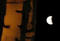 Un momento dell'eclissi lunare vista dal Colosseo, a Roma, 15 giugno 2011..A view of the lunar eclipse, seen from the Colosseum, in Rome, 15 june 2011..UPDATE IMAGES PRESS/Riccardo De Luca