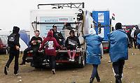 With Full Force XVIII.Das With Full Force (kurz WFF) ist eines der größten Musikfestivals für Metal, Hardcore und Punk in Deutschland. Jährlich lockt es am ersten  Juliwochenende um die 30.000 Metal- und Hardcore-Fans auf den Segelflugplatz Roitzschjora bei Löbnitz statt. In diesem Jahr hat es das Wetter nicht gut gemeint. Dauerregen und 15 Grad bestimmten den kompletten Samstag. Regenjacken, bunte Gummistiefel und Regenschirme wohin das Auge blickte. Trotzdem: Auf zwei Bühnen rockten am zweiten Festivaltag unter anderem Terror, Satyricon, Cavalera Conspiracy, Hatebreed, Die Kassierer, Blood For Blood, Knorkator und Mad Sin das Publikum..Im Bild: Mit dem Toilettenwagen geht schneller zur Bühne..Foto: Karoline Maria Keybe