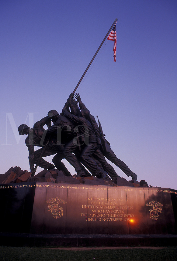 AJ4220, Arlington, Iwo Jima, National Cemetery, Virginia, sunset, Statue of the raising of the U.S. flag at Iwo Jima, The Marine Corps War Memorial in Arlington Nat'l Cemetery in the evening in Arlington in the state of Virginia.