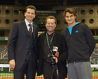 19-02-2005,Rotterdam, ABNAMROWTT ,Toernooifotograaf  Henk Koster viert zijn 30e ABNAMRO WORLD Tennis Tournament deze week, rechts tournooi directeur en Wimbledon kampioen Richard Krajicek en links de mondiale nr.1 Roger Federer.