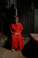 Addis Abeba, donna con vestito rosso nella sua casa.woman with red dress in her house