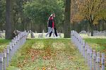 Foto: VidiPhoto<br /> <br /> YSSELSTEYN – De veelbesproken en vaak omstreden Duitse militaire begraafplaats in Ysselsteyn (Limburg) ligt er zaterdag -op enkele bezoekers na- verlaten bij. Het Centraal Joods Overleg (CJO) wil dat de herdenking tijdens de Duitse Volkstrauertag (de Duitse dodenherdenking) op zondag 15 mei in Ysselsteyn wordt verboden omdat er voornamelijk SS'ers en Nederlandse landverraders liggen begraven. Het Duitse oorlogskerkhof in Ysselsteyn is met ruim 31.500 doden de grootste Duitse militaire begraafplaats ter wereld. In totaal liggen er 550 doden uit Nederland, van wie ruim 500 die lid waren van de SS, of als collaborateur of verrader vermoord werden door het verzet of in die hoedanigheid omkwamen.