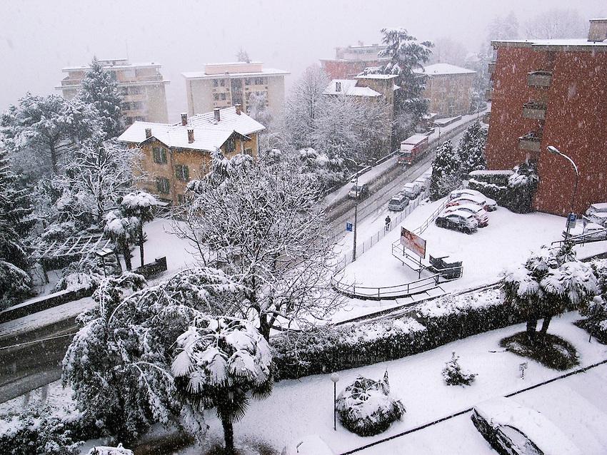 Switzerland. Canton Ticino. Massagno. Snow storm in winter. Massagno is just outside Lugano. 02.02.09 © 2009 Didier Ruef