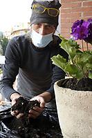 PROGETTO ARCA<br /> Il cohousing di Casa Arca di Roma.<br /> Attività di giardinaggio.