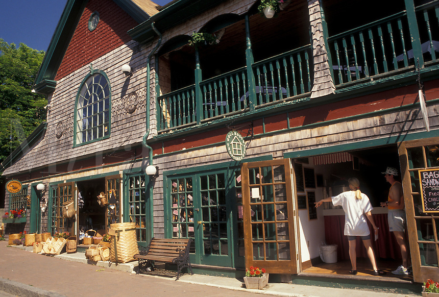 AJ4484, Bar Harbor, Maine, Atlantic Ocean, Acadia, Shops along Main Street in the scenic seaside town of Bar Harbor on Mount Desert Island in the state of Maine.
