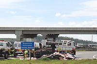 Campinas (SP), 01/03/2021 - Acidente-SP - Um motorista veio a óbito após capotar um caminhão carregado com carga de água no Anel Viário Magalhães Teixeira (SP-083), em Campinas. O acidente aconteceu na manhã de hoje, na alça de saída do km 83, no acesso para a Rodovia dos Bandeirantes (SP-348). O motorista ficou preso nas ferragens e foi retirado já sem vida. Com o veículo totalmente virado, equipes isolaram o local por causa do risco de incêndio. A carga com galões de água ficou espalhada no acostamento.