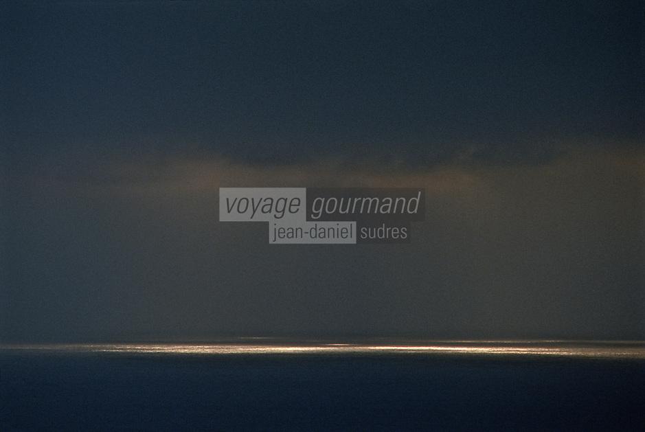 Europe/France/Bretagne/29/Finistère/Env de Camaret: La pointe de Penhir - Jeux de lumière sur l'océan