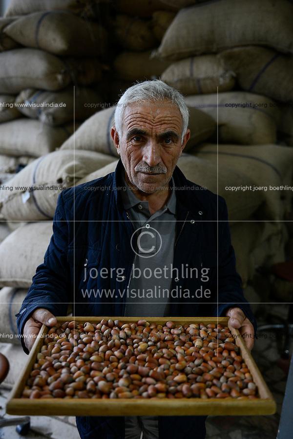 TURKEY, Cumayeri, hazelnut trader Ak Findik is buying hazelnuts from farmers after harvest / TUERKEI, Cumayeri, Haselnuss Haendler Ak Findik, Aufkauf von Haselnuessen von Bauern, Findik ist das tuerkische Wort fuer Haselnuss