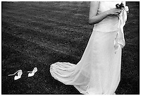 Ricevimento di matrimonio. La sposa su un prato e le sue scarpe --- Wedding party. The bride on a lawn and her shoes