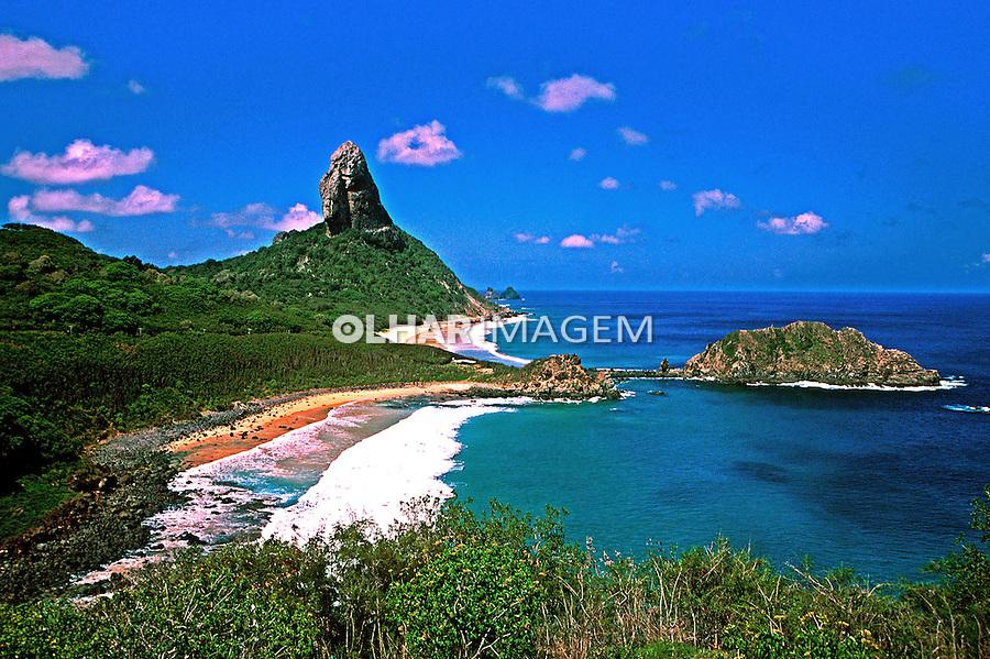 Morro do Pico, Praia do Meio e Praia da Conceição no Arquipélago de Fernando de Noronha. Foto de Juca Martins.