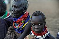 KENYA Turkana Region, Kakuma , Turkana a nilotic tribe , hunger catastrophy are permanent due to drought and bad harvest, Don Bosco distributes food / KENIA Turkana Region , Kakuma, hier leben die Turkana ein nilotisches Volk, durch Duerre und Missernten kommt es hier regelmaessig zu Hungersnoeten, Verteilung von Nahrungsmittel durch Don Bosco