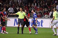 Schiedsrichter Marc Seemann trennt eine Rangelei zwischen Albert Streit (Eintracht Frankfurt) und Michael Mutzel (Karlsruher SC)