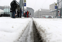 Wintereinbruch in Leipzig - erste geschlossene Schneedecke des Winters 2010 - Neuschnee - im Bild: Sc.traßenbahnhaltestelle am Augustusplatz - wartenden Fahrgäste im Wartehäuschen / Haltestelle LVB .Foto: Norman Rembarz .