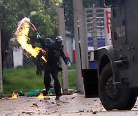 BOGOTA - COLOMBIA- 22 -05-2013.  . Disturbios por más de dos horas  protagonizaron en predios de la Universidad Nacional en  la entrada de la  calle 26 , manifestantes encapuchados que  lanzaron , piedras , bombas molotov y bombas papa a los miembros de la policia nacional  que repelieron a los manifestantes con gases lacrimógenos , agua y ,bombas aturdidoras .  (Foto: VizzorImage / Felipe Caicedo / Staff)l .  . Riots over two hours starred in National University grounds at the entrance of 45th Street, hooded protesters threw stones, Molotov cocktails and bombs pope to members of the national police who repelled the demonstrators with tear gas, water and stun bombs.. (Foto: VizzorImage / Felipe Caicedo / Staff).