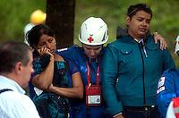 """MEDELLÍN - COLOMBIA, 18-10-2013. Familiares de desaparecidos durante las labores de rescate en el conjunto Space en Medellín.  La Alcaldía y las autoridades de la ciudad de Medellín, conjuntamente con los ingenieros de Lérida CDO SA alertaron que la Torre 5 del edificio residencial Space, contigua a la Torre 6, que se desplomó el sábado por la noche, presenta """"riesgo inminente de colapso"""". Según la Alcaldía de Medellín, un comité técnico encargado de hacer la evaluación del estado de la unidad residencial Space en el acomodado barrio El Poblado analizó este lunes la situación y concluyó que la Torre 5 puede derrumbarse en cualquier momento porque tiene fracturas en dos columnas. (Foto: VizzorImage / Luis Rios / Str) Relatives of disappeared during the rescue efforts in the Space set in Medellin. The Mayor and the authorities of the city of Medellin, in conjunction with engineers from Lérida CDO SA warned that the tower 5 Space residential building, adjacent to the Tower 6, which collapsed on Saturday night, presents """"imminent risk of collapse """". According to the Mayor of Medellin, a technical committee to assessing the state of the housing units in the affluent Space Poblado Monday analyzed the situation and concluded that the Tower 5 may collapse at any moment because it has broken in two columns (Photo: VizzorImage / Luis Rios / Str)"""