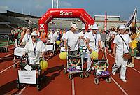 Amsterdam-  De eerste Landelijke Rollatorloop in het Olympisch Stadion. Mensen met een rollator lopen verschillende afstanden. Start en Finish in het Olympisch Stadion. De Buitenrollers van Cordaan