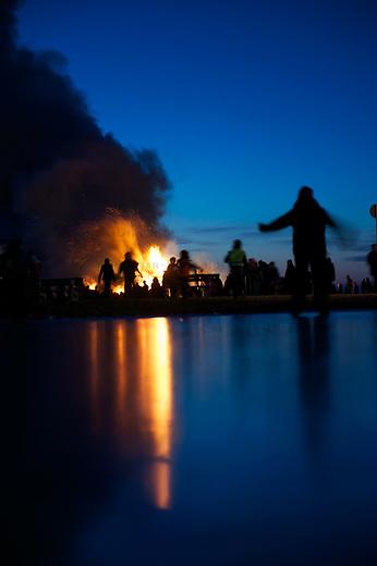 Husum<br /> Biikebrennen am Strand von Husum-Schobuell.<br /> Das traditionelle friesische Biikebrennen soll angeblich auf ein Feuer zurueck gehen mit dem der germanische Gott Odin Wotan angerufen haben soll um den Winter zu beenden. Dafuer wurde ein Teil des fuer die Jahreszeit wichtigen  Brennholz geopfert.<br /> 21.2.2011, Husum<br /> Copyright: Christian-Ditsch.de<br /> [Inhaltsveraendernde Manipulation des Fotos nur nach ausdruecklicher Genehmigung des Fotografen. Vereinbarungen ueber Abtretung von Persoenlichkeitsrechten/Model Release der abgebildeten Person/Personen liegen nicht vor. NO MODEL RELEASE! Nur fuer Redaktionelle Zwecke. Don't publish without copyright Christian-Ditsch.de, Veroeffentlichung nur mit Fotografennennung, sowie gegen Honorar, MwSt. und Beleg. Konto: I N G - D i B a, IBAN DE58500105175400192269, BIC INGDDEFFXXX, Kontakt: post@christian-ditsch.de<br /> Bei der Bearbeitung der Dateiinformationen darf die Urheberkennzeichnung in den EXIF- und  IPTC-Daten nicht entfernt werden, diese sind in digitalen Medien nach §95c UrhG rechtlich geschuetzt. Der Urhebervermerk wird gemaess §13 UrhG verlangt.]