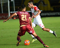 IBAGUÉ -COLOMBIA, 30-04-2017. Juan Guillermo Arboleda (Izq) jugador de Deportes Tolima disputa el balón con Anderson Plata (Der) jugador de Independiente Santa Fe durante partido por la fecha 15 de la Liga Águila I 2017 jugado en el estadio Manuel Murillo Toro de la ciudad de Ibagué. / Juan Guillermo Arboleda (L) player of Deportes Tolima vies for the ball with Anderson Plata (R) player of Independiente Santa Fe during match for date 15 of the Aguila League I 2017 played at Manuel Murillo Toro stadium in Ibague city. Photo: VizzorImage / Juan Carlos Escobar / Cont