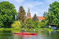 Paddler im Kajak vor dem Dom Sankt Peter und Paul, Dominsel, Brandenburg an der Havel, Brandenburg, Deutschland