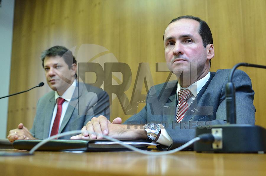 ATENCAO EDITOR IMAGEM EMBARGADA PARA VEICULOS INTERNACIONAIS - SAO PAULO, SP, 18 DE JANEIRO DE 2013. - HADDAD APRESENTACAO CONTROLADOR GERAL MUNICIPIO - O prefeito Fernando Haddad (E) e  Mario Spinelli (D), novo secretario apresentado  para Controladoria Geral do Minicipio, na sede da prefeitura, na tarde desta sexta feira,18.  (FOTO: ALEXANDRE MOREIRA / BRAZIL PHOTO PRESS).