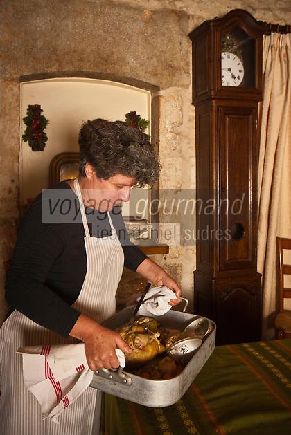 Europe/Europe/France/Midi-Pyrénées/46/Lot/Bach:  Auberge Lou Bourdié, Monique Valette sert la poule farcie // France, Lot, Bach, Auberge Lou Bourdié , Monique Vallette is serving her stuffed hen