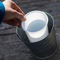 Eislicht, Eislichter, Eis-Licht, Eis-Lichter, Windlicht aus Eis, Kerze brennt innerhalb einer Eisschale, die mit eingefrorenen, im Eis eingeschlossenen Naturmaterialien dekoriert ist, Deko, Eis und Schnee, Bastelei, Bastelanleitung, Steps, Schritt 1: ein kleineres Gefäß wird in ein größeres gestellt