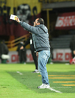BOGOTA - COLOMBIA - 01-03-2015: Jaime de la Pava, tecnico Cortulua, durante partido por la fecha 7 entre Independiente Santa Fe y Cortulua de la Liga Aguila I-2015, en el estadio Nemesio Camacho El Campin de la ciudad de Bogota. / Jaime de la Pava, coach of Cortulua, during a match of the 7 date between Independiente Santa Fe and Cortulua for the Liga Aguila I -2015 at the Nemesio Camacho El Campin Stadium in Bogota city, Photo: VizzorImage / Luis Ramirez / Staff.