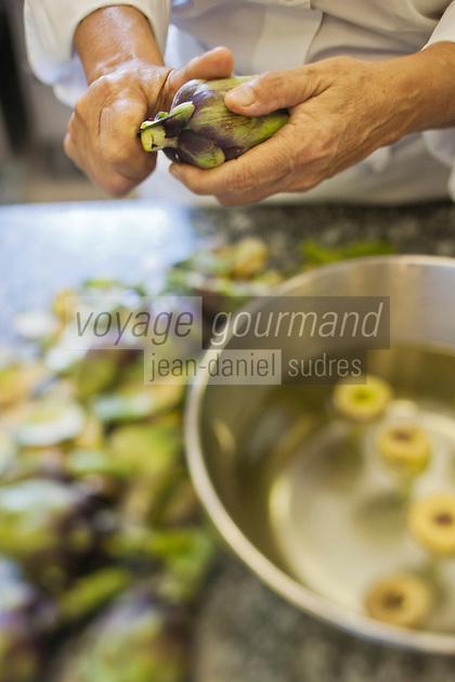 Europe/France/Provence-Alpes-Côte d'Azur/84/Vaucluse/Lubéron/ Lourmarin: Reine Sammut, restaurant: La Fenière prépare les Artichaut violet de provence