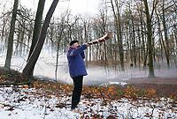Nederland - Arnhem - 17 december 2017 .  Op 16 en 17 december vond Landleven Winter plaats in het Nederlands Openluchtmuseum. Midwinterhoornblazen.  ( Foto is gespiegeld mbv Photoshop )   Foto Berlinda van Dam / Hollandse Hoogte