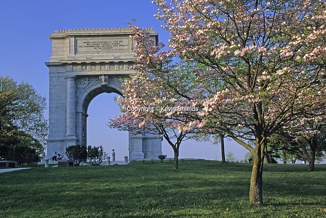 """National Memorial Arch, Valley Forge National Historical Park, Pennsylvania, USA. Dedicated in 1917, it commemorates the """"patience and fidelity"""" of the soldiers who wintered at Valley Forge in 1777-1778"""
