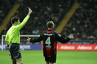 Schiedsrichter Wolfgang Stark zeigt Christoph Preufl (Eintracht Frankfurt) die gelbe Karte, der weifl aber nicht wof¸r
