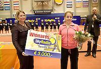 16-12-07, Netherlands, Rotterdam, Sky Radio Masters, Renee Richards ontvangt de hoofdprijs uit handen van KNLTB voorzitter Karin van Bijsterveld