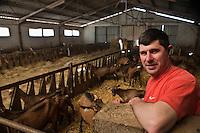 Europe/Europe/France/Midi-Pyrénées/46/Lot/Loubressac: Jean-Guy Cazal  éleveur caprin  dans sa chêvererie - Ferme Cazal-SARL Les Alpines qui produit un Rocamadour  fermier