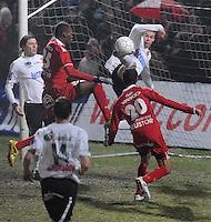KSV Roeselare - KV Kortrijk..schermutseling voor het doel van Roeselare. Holmar Eyjolfsson (rechts achter) probeert Christian Liolo Benteke (midden) het scoren te beletten...foto VDB / BART VANDENBROUCKE
