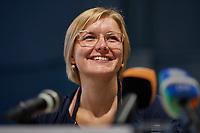 """Pressekonferenz der Initiative """"Deutsche Wohnen und Co. enteignen"""" am Montag den 27. September 2021 in Berlin zum Wahlergebnis der Volksabstimmung, bei der 56,4% (1.034.709 Stimmen) der abgegebenen Stimmen sich fuer eine Vergesellschaftung der grossen Immobilienkonzerne wie Deutsche Wohnen oder Vonovia ausgesprochen haben. Nur 39% (715.214 Stimmen) stimmten dagegen.<br /> Im Bild vlnr.: Evelyn Linde, eine der Sprecherinnen und Mitglied des Presseteam der Kampagne.<br /> 27.9.2021, Berlin<br /> Copyright: Christian-Ditsch.de"""