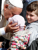 Papa Francesco bacia una bambina al termine dell'udienza generale del mercoledi' in Piazza San Pietro, Citta' del Vaticano, 1 aprile 2015.<br /> Pope Francis greets a child at the end of his weekly general audience in St. Peter's Square at the Vatican, 1 April 2015.<br /> UPDATE IMAGES PRESS/Isabella Bonotto<br /> <br /> STRICTLY ONLY FOR EDITORIAL USE