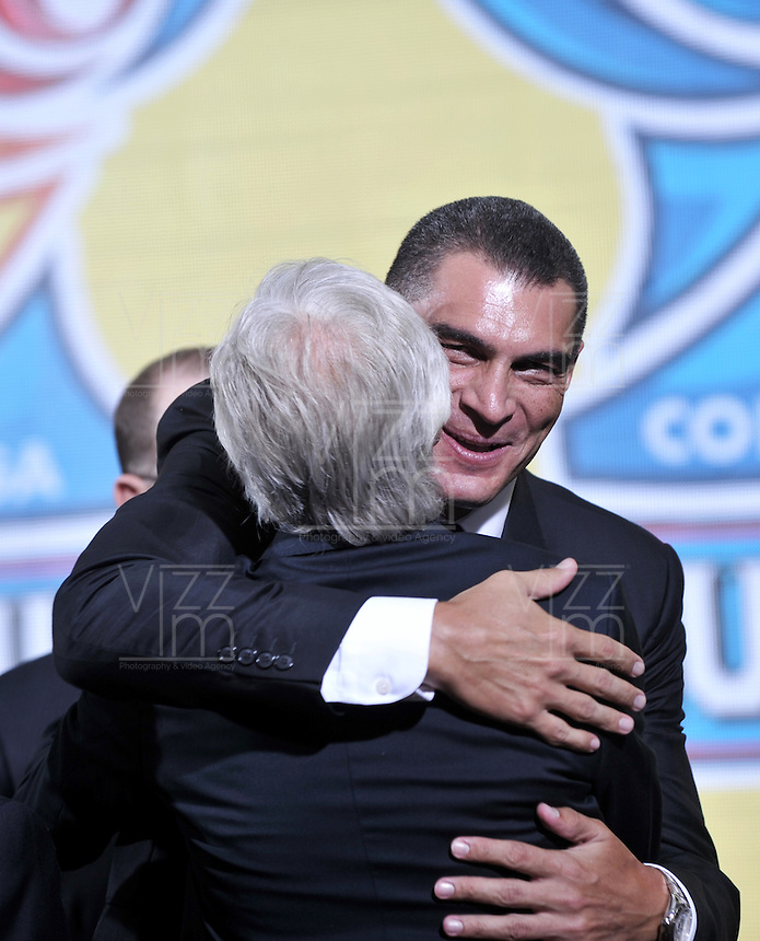 BOGOTA-COLOMBIA-21-01-2016: Farid Mondragon (Der.) ex Arquero de la seleccion Colombia de futbol saluda a Jose Pekerman (Izq.), director técnico de Colombia, durante sorteo de la Dimayor para el campeonato de la Liga Aguila I 2016. / Farid Mondragon (R) Colombian Team former goalkeeper greets Jose Pekerman (L), coach of the Colombia Team during the draw for the championship Dimayor Liga Aguila 2016. Photo: VizzorImage / Luis Ramírez / Staff.