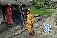 "Asien Suedasien Indien Westbengalen , Sagar Insel im Gangesdelta , mikrofinaziertes Solar Home System zur Energieversorgung - renewables Energie laendliche Entwicklung xagndaz | .South asia India West-Bengal , Sagar Island at Sundarbans the delta of Ganges river , women with micro-financed solar home system for rural electrification - renewable energy rural development .| [ copyright (c) Joerg Boethling / agenda , Veroeffentlichung nur gegen Honorar und Belegexemplar an / publication only with royalties and copy to:  agenda PG   Rothestr. 66   Germany D-22765 Hamburg   ph. ++49 40 391 907 14   e-mail: boethling@agenda-fototext.de   www.agenda-fototext.de   Bank: Hamburger Sparkasse  BLZ 200 505 50  Kto. 1281 120 178   IBAN: DE96 2005 0550 1281 1201 78   BIC: ""HASPDEHH"" ,  WEITERE MOTIVE ZU DIESEM THEMA SIND VORHANDEN!! MORE PICTURES ON THIS SUBJECT AVAILABLE!!  ] [#0,26,121#]"