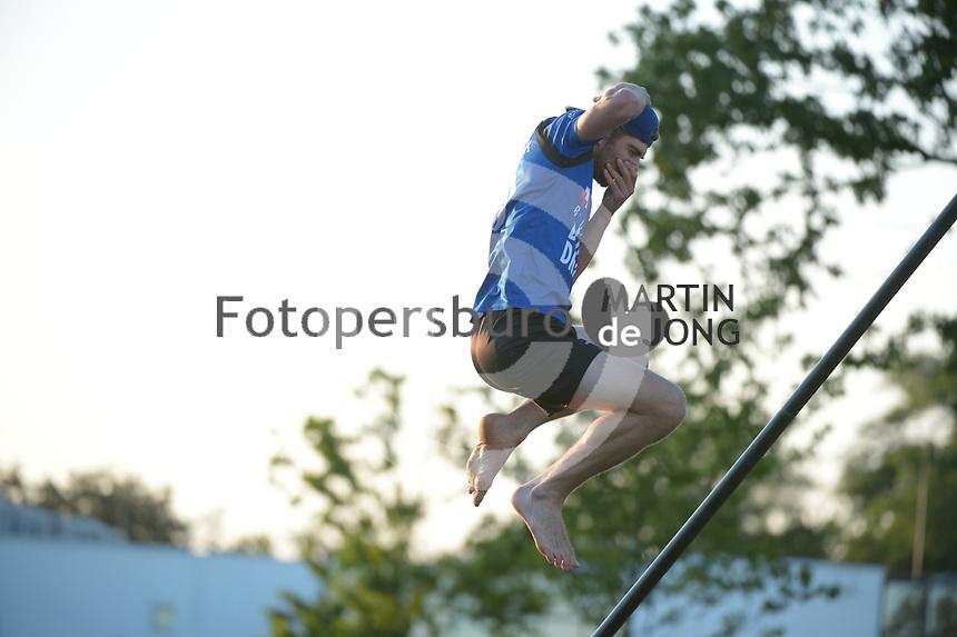 FIERLJEPPEN: BURGUM: 17-07- 2021, 1e klasse fierljeppen, ©foto Martin de Jong