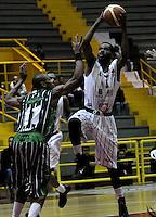 BOGOTA - COLOMBIA - 26-04-2013: Mendez (Der.) de Piratas de Bogotá, disputa el balón con Aragon (Izq.) de Academia de la Montaña de Medellin, abril 26 de 2013. Piratas y Academia de la Montaña en partido de la quinta fecha de la fase II de la Liga Directv Profesional de baloncesto en partido jugado en el Coliseo El Salitre. (Foto: VizzorImage / Luis Ramírez / Staff). Mendez (R) of Piratas from Bogota, fights for the ball with Aragon (L) of Academia de la Montaña from Medellin, April 26, 2013. Piratas and Academia de la Montaña in the fifth match of the phase II of the Directv Professional League basketball, game at the Coliseum El Salitre. (Photo: VizzorImage / Luis Ramirez / Staff).