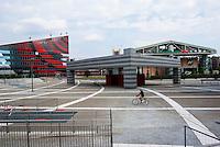 Milano, quartiere Portello. La nuova piazza Gino Valle, adiacente alla fiera Fieramilanocity. Sulla sx: la sede di A.C. Milan --- Milan, Portello district. The new Gino Valle square, close to the fair Fieramilanocity. On the left: the headquarter of A.C. Milan