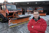 Stadtreinigung Leipzig - Geithainer Straße / Betriebshof - Die Winterflotte / Räumfahrzeuge - insgesamt ist die Stadtreinigung mit 19 Fahrzeugen im Räum- und Streueinsatz - die großen Räumschilde beseitigen die Straßen von den Schneemassen - im Bild:   Die Fahrzeuge warten auf ihren Einsatz - davor Holger Dietze (43) (Abteilungsleiter Straßenreinigung / Winterdienst bei der Straßenreinigung Leipzig) - er ist zufrieden mit der bisherigen Arbeit seiner Mitarbeiter. Porträt.   Foto: Norman Rembarz..Norman Rembarz , Autorennummer 41043728 , Holbeinstr. 14, 04229 Leipzig, Tel.: 01794887569, Hypovereinsbank: BLZ: 86020086, KN: 357889472, St.Nr.: 231/261/06432 - Jegliche kommerzielle Nutzung ist honorar- und mehrwertsteuerpflichtig! Persönlichkeitsrechte sind zu wahren. Es wird keine Haftung übernommen bei Verletzung von Rechten Dritter. Autoren-Nennung gem. §13 UrhGes. wird verlangt. Weitergabe an Dritte nur nach  vorheriger Absprache..