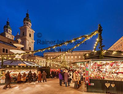 Oesterreich, Salzburger Land, Salzburg: Christkindlmarkt am Residenzplatz vor dem Dom   Austria, Salzburger Land, Salzburg: Christmas Fair at Residence Square, Old Town