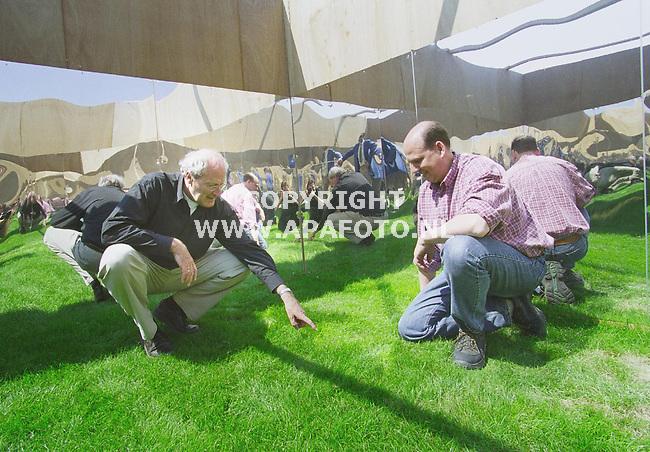 Biddinghuizen , 090501  Foto: Koos Groenewold/ APA <br />``Grasveldmanager`` Teus Baan Hofman (l) in het gedeelte zonder spiegels en rechts Rob de Heer in proefopstellingen van de Amsterdam Arena<br />Baan Hofmans wijst op brandplekken in het gras