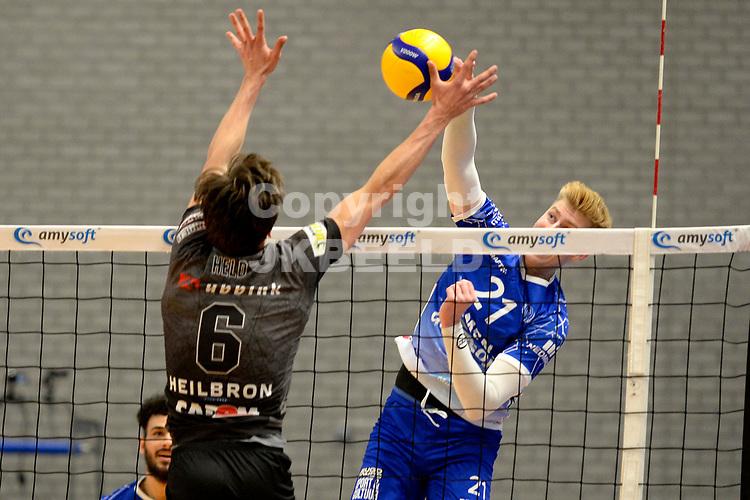 06-03-2021: Volleybal: Amysoft Lycurgus v Active Living Orion: Groningen smash Lycurgus speler Bennie Tuinstra  door de handen van Orion speler Markus Held